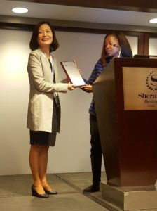 Yuri Jang receives her mentorship award at GSA conference